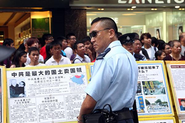 警方封鎖整條街道,阻止湧上街頭的香港市民接近法輪功真相點。(攝影:潘在殊/大紀元)