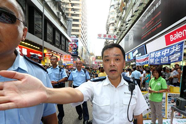 香港警方不但阻止市民接近了解法輪功真相,還阻擋媒體採訪拍照。(攝影:潘在殊/大紀元)