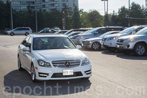 新婚的陈豪夫妇于6点多乘坐白色奔驰轿车抵达婚宴现场。(摄影:艾文/大纪元)
