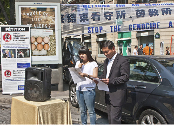 來自遼寧省撫順市的中國留學生張同學在集會現場揭露了她的母親張德艷在國內因不放棄修煉法輪功而被中共抓捕和殘酷迫害的經歷。(攝影:關宇寧/大紀元)