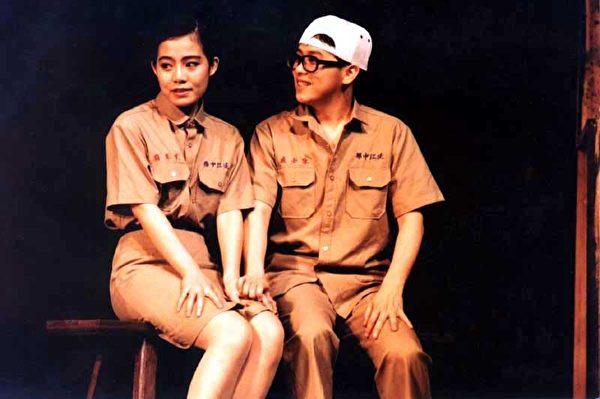 图为1993年张雨生主演《淡水小镇》,左为林奇楼。(图/果陀剧场提供)