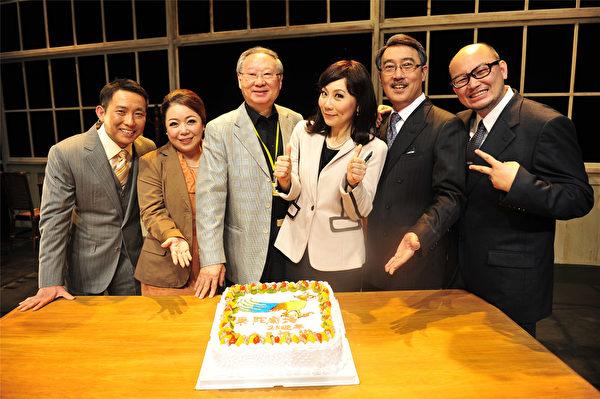 果陀于上海演出第63部作品《抢钱的世界》后,吃蛋糕庆功。(图/果陀剧场提供)