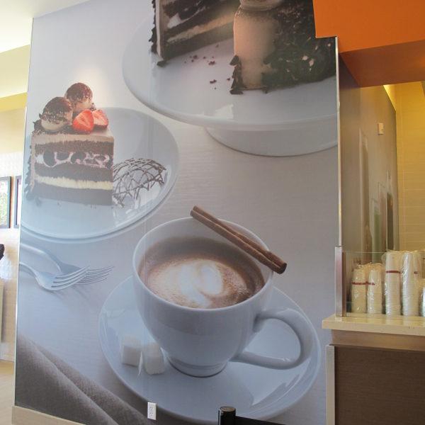 店内的巨幅咖啡點心裝飾畫。(攝影:曾容格/大紀元)
