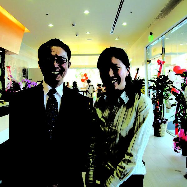 85°C美國CEO林先生和市場部經理陳小姐。(攝影:曾容格/大紀元)