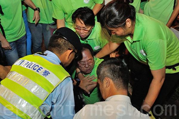 青關會副會長林國安在場鬧事與警察衝突被壓制在地(攝影:宋祥龍/大紀元)