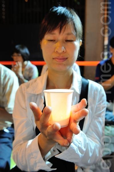 香港法輪功學員手持燭光悼念被中共迫害致死的學員(攝影:宋祥龍/大紀元)