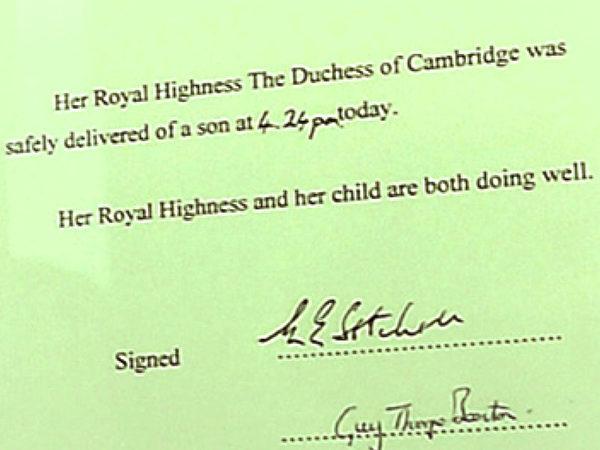 2013年7月22日,英國凱特王妃生產後,白金漢宮立即公布王室寶寶出生的消息。(JOHN STILLWELL/POOL/AFP)