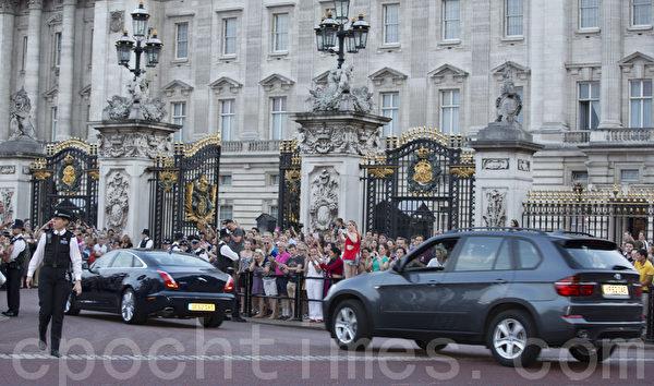 整天等候王室寶寶出生喜訊的人們(攝影:小龍/大紀元)
