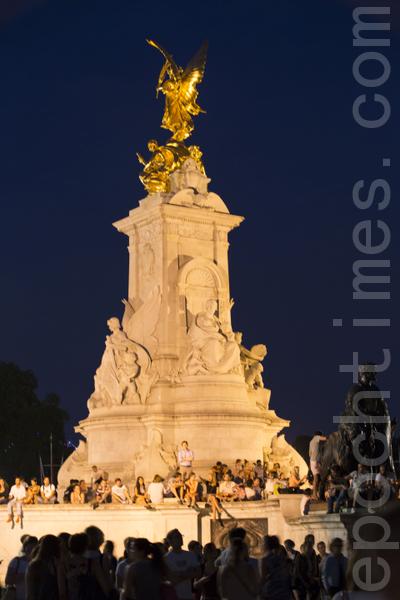 夜色降臨,興奮的人們仍然聚集在白金漢宮廣場不願離去。(攝影:小龍/大紀元)