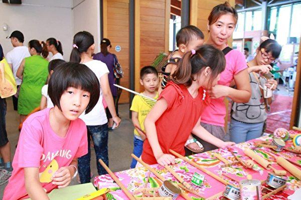 妈妈与小孩看着琳琅满目的diy材料。 (摄影:苏泰安/大纪元)