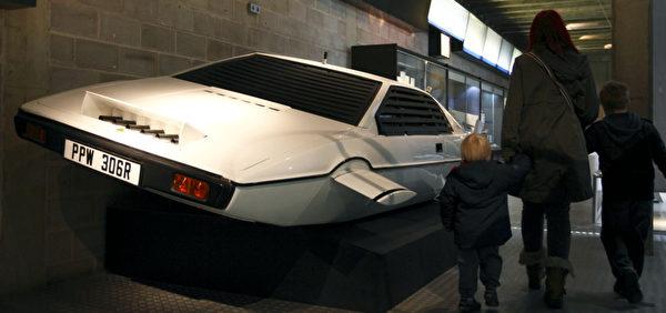 """007电影《海底城》中可充作潜水艇的经典道具""""莲花跑车""""2012年曾在英国南部汉普郡的国家汽车博物馆展出。 (JUSTIN TALLIS/AFP/Getty Images)"""