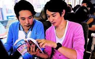 松山研一(左)与瑛太(右)在《幸福特快车》片中饰演因铁道而相识的好友。(图/山水电影提供)