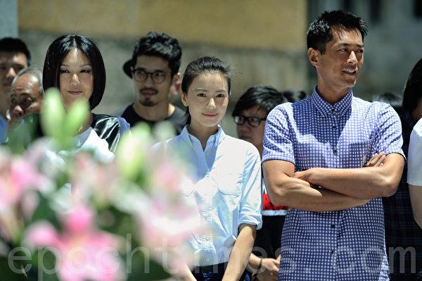 《單身男女II》進行開鏡拜神儀式,演員楊千嬅、高圓圓及古天樂都出場。(攝影:宋祥龍/大紀元)