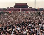 """继八九民运学生领袖王丹近日发起纪念""""六四""""25周年的""""天下围城""""活动后,中国海外民主人士星期一又策划""""六四""""25周年的""""重回天安门广场""""的行动, 引起外界关注。有分析人士说,这是让中国人及全球在四分之一世纪后,再度聚焦六四屠杀和六四精神的绝好机会,具有重要意义。图为1989年6月2日,北京,学生聚集在天安门前广场。(CATHERINE HENRIETTE/AFP/Getty Images)"""