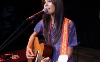 普莉西雅台湾开唱 自弹自唱大秀语言天分