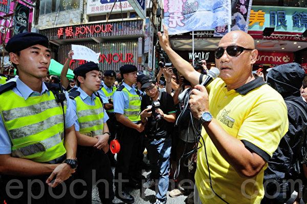 立法會議員陳偉業也在香港旺角行人專用區,支持為法輪功仗義直言而被中共勢力抹黑的林慧思老師。(宋祥龍/大紀元)