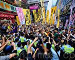 五个民间团体包括人民力量、热血公民和网民组织等,8月4日在香港旺角行人专用区集会,支持为法轮功仗义直言而被中共势力抹黑的林慧思老师,被大批警察用拒马阻拦。(宋祥龙/大纪元)
