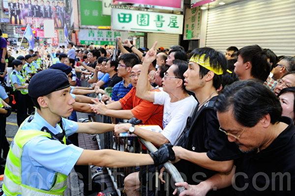 大批市民支持為法輪功仗義直言而被中共勢力抹黑的林慧思老師,被大批警察用拒馬阻攔。(宋祥龍/大紀元)
