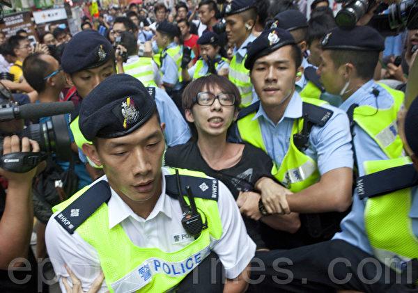 「香港人優先」成員招顯聰被警方冤枉偷搶遭抬離現場。(余鋼/大紀元)