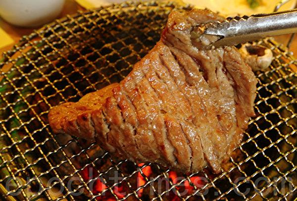 羌羌水越来餐厅的碳火烤肉。(全宇/大纪元)