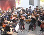 Butterfly交响乐团成员齐聚埔里镇地理中心碑,以《梁祝》等多首著名乐曲为16日的首演暖身。(黄淑贞/大纪元)