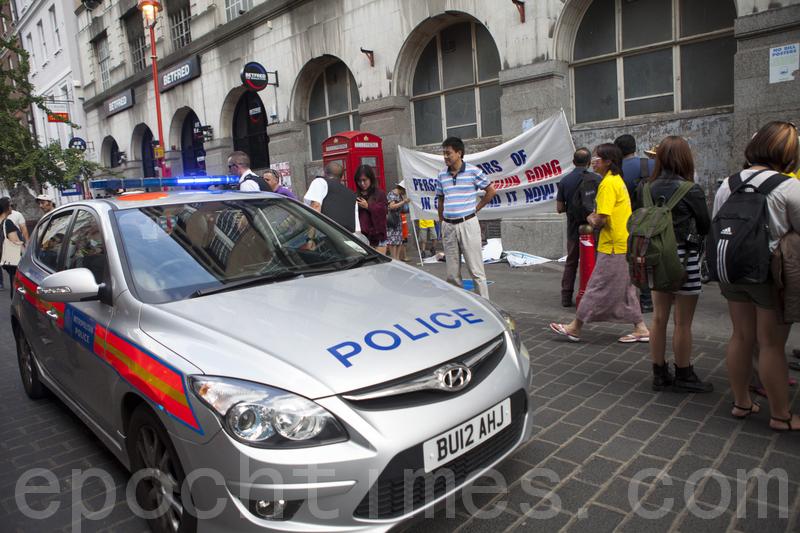 倫敦唐人街法輪功真相點被暴徒襲擊 民眾譴責