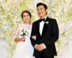 43歲韓國影星李秉憲,同比自己小一輪的李珉廷完婚。婚禮在首爾君悅飯店舉行,張東健、韓佳人、金泰希等韓星均受邀出席。(JUNG YEON-JE/AFP)