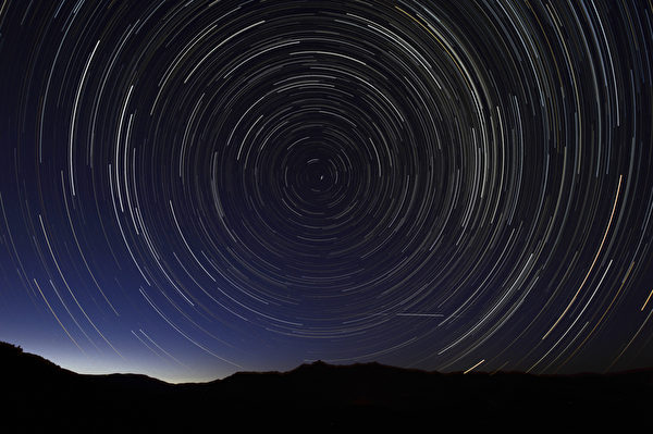 西班牙马德里当地时间11日凌晨,通过多重曝光拍摄到的英仙座流星雨。今年的英仙座流星雨将在美东时间11日晚达到顶峰,而在中国大陆,最佳观赏时间是12日晚21点至次日凌晨4点之间。(DANI POZO/AFP)