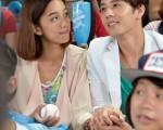 胡宇威(右)与陈庭妮携手主演的偶像剧《真爱黑白配》正在台热播。(图/台视提供)