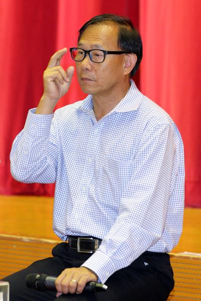 当日主持论坛的新界社团联会会长身兼立法会议员的梁志祥,是串连各黑社会社团保驾梁振英的关键人物。(潘在殊/大纪元)