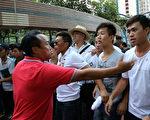 丑闻缠身民望不断跌落的香港特首梁振英8月11日到天水围出席地区论坛,多个政党和团体到场示威抗议,场内场外都有黑帮成员护驾,图为香港元朗美都餐厅及龙狮队负责人陈嘉辉(红衫者)和香港屏山乡乡委会主席曾树和(草帽者)现场指挥黑道人士围殴抗议人士。香港政坛元老李柱铭吁港人别再沉默、斥梁振英黑帮乱港。(潘在殊/大纪元)