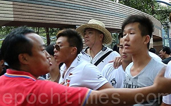 香港特首梁振英8月1日到香港天水圍出席地區論壇,香港知名黑道背景人士曾樹和(中)(戴草帽)高調在現場指揮,據曾現在黑道上的實力,完全毋需自己親自出面指揮,這次公開出面目的是梁振英要借他的臉和黑道身分來恐嚇香港民眾。(大紀元資料圖片)