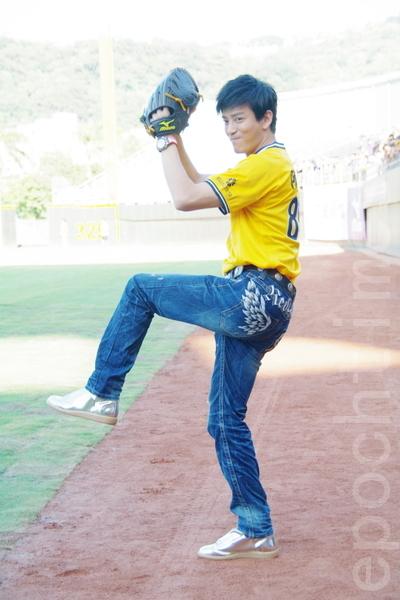 陈晓东特别现身台湾天母棒球场,为台湾职棒开球。(摄影:黄宗茂/大纪元)