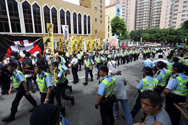 香港特首梁振英8月18日再次落區到觀塘出席論壇,各個政黨團體過千人到場抗議,批評梁振英出動黑社會,用文革批鬥的方式撕裂香港社會,並造成警民衝突。(潘在殊/大紀元)