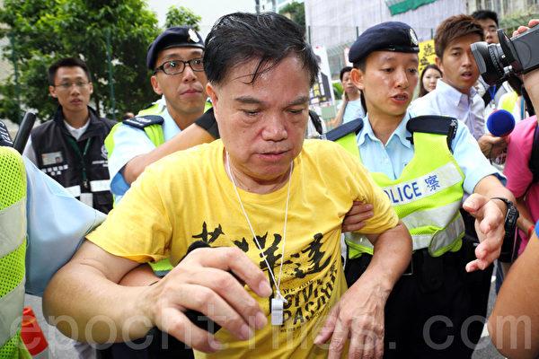 香港特首梁振英8月18日再次落區到觀塘出席論壇,各個政黨團體過千人到場抗議,圖為人民力量的抗議者被懷疑被梁振英的支持者毆打致傷。(潘在殊/大紀元)