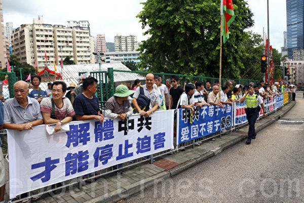 香港特首梁振英8月18日再次落區到觀塘出席論壇,各個政黨團體過千人到場抗議,批評梁振英出動黑社會,用文革批鬥的方式撕裂香港社會,並造成警民衝突,警方出動大批警力在場戒備。(潘在殊/大紀元)