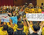 香港特首梁振英8月18日再次落区到观塘出席论坛,各个政党团体过千人到场抗议,批评梁振英出动黑社会,用文革批斗的方式撕裂香港社会,图为梁振英在会场内遭到抗议。(潘在殊/大纪元)
