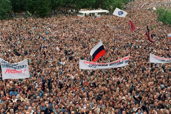 1991年8月20日,俄罗斯议会大楼前,50万人聚集支持叶利钦。(VITALY ARMAND / AFP)