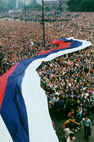1991年8月22日,约有100万名俄罗斯联邦总统叶利钦支持者在莫斯科庆祝为期三天的政变推翻苏联共产党。(ANATOLY SAPRONENKOV / AFP)