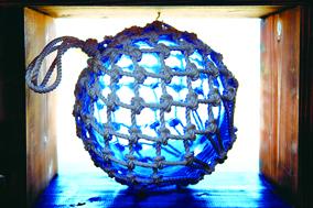冲绳玻璃制品独具特色,在琉球村内可以体验玻璃DIY,做一个属于自己特色的玻璃产品。(图:一般财团法人冲绳观光会议局提供)
