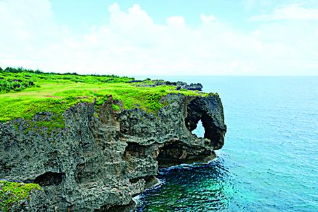 万座毛处于冲绳北部的风景名胜。特征是在海岸的峭壁上,有着像大象鼻子形状的石头。(图:一般财团法人冲绳观光会议局提供)