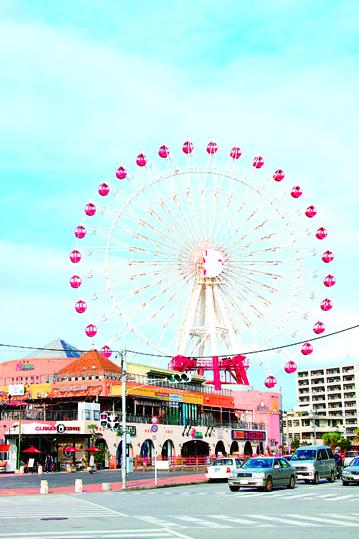 美国村有50 公尺高的摩天轮和浓厚美国文化风格的娱乐商圈区,是美国大兵常来休闲、购物、聚餐的地方村。(图:一般财团法人冲绳观光会议局提供)
