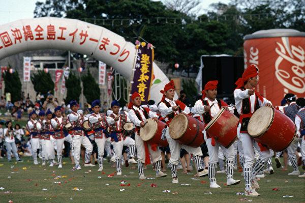 """冲绳全岛EISA祭典,EISA舞以旗帜开路,由鼓舞、手舞和""""京太郎""""舞组成。(图:一般财团法人冲绳观光会议局提供)"""
