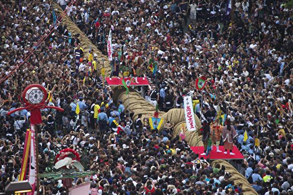 """那霸大纲挽祭典:登录金氏世界纪录的""""那霸大拔河""""赛,每年吸引上万名观光客,大绳全长200公尺,在1600年代就保留下来,具有历史性的活动。(图:一般财团法人冲绳观光会议局提供)"""