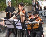 谢东昇(左后站立者)与埔里Butterfly交响乐团。(黄淑贞/大纪元)