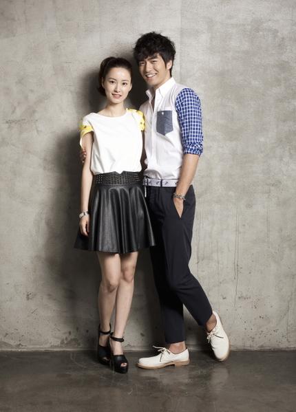 李真旭(右)在剧中是女主角郑有美(左)的青梅竹马。(图/纬来戏剧台提供)
