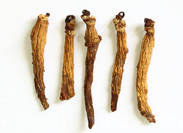 韓國biobean(株)開發的特效抗癌食品「尤尼特仁」的主要原料之一是紅參,紅參是通過韓國人參進行「九蒸九曝」後製作而成。圖為「九蒸九曝」後的紅參。(全宇/大紀元)
