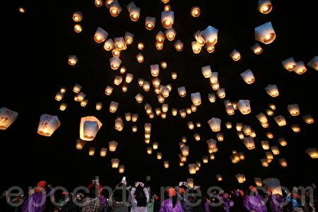 美國有線電視新聞網(CNN)列出52件新鮮事,臺灣平溪放天燈列名其中。圖為2012在新北市平溪國中舉行的平溪天燈節,施放的天燈將夜空點綴得如詩如畫。(林伯東 / 大紀元)
