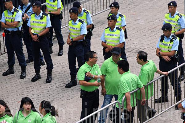 超过七百名法轮功学员9月1日与各界人士在香港政府总部举行集会,图为青关会头目在场干扰。(潘在殊/大纪元)