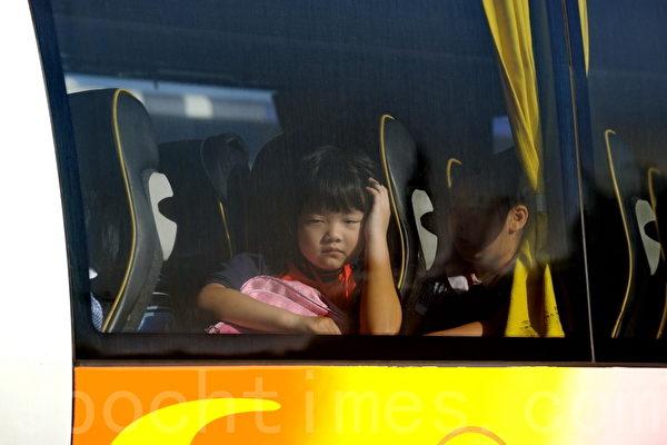 组图:两万跨境童香港上学 过关苦乐